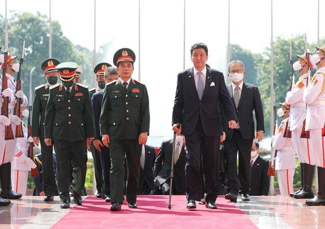 Đại tướng, Bộ trưởng Quốc phòng Phan Văn Giang đón Bộ trưởng Quốc phòng Nhật Bản Kishi Nobuo.
