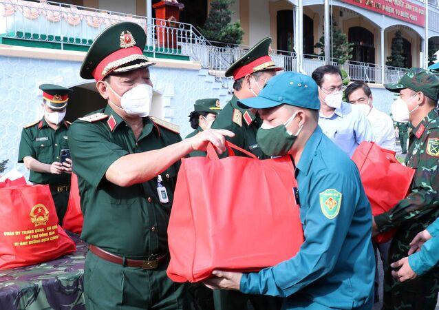 Trung tướng Ngô Minh Tiến, Phó Tổng tham mưu trưởng Quân đội nhân dân Việt Nam chuyển quà của Bộ Quốc phòng cho cán bộ, chiến sỹ Bộ Tư lệnh Thành phố kịp thời vận chuyển đến thành phố Thủ Đức và các quận, huyện.