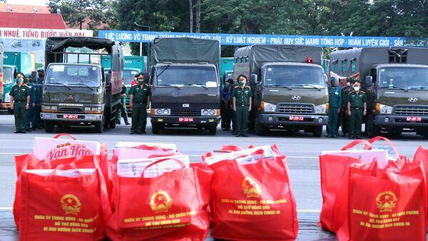 Lực lượng xe vận chuyển đến quà của Bộ Quốc phòng đến thành phố Thủ Đức và các quận, huyện. - Sputnik Việt Nam