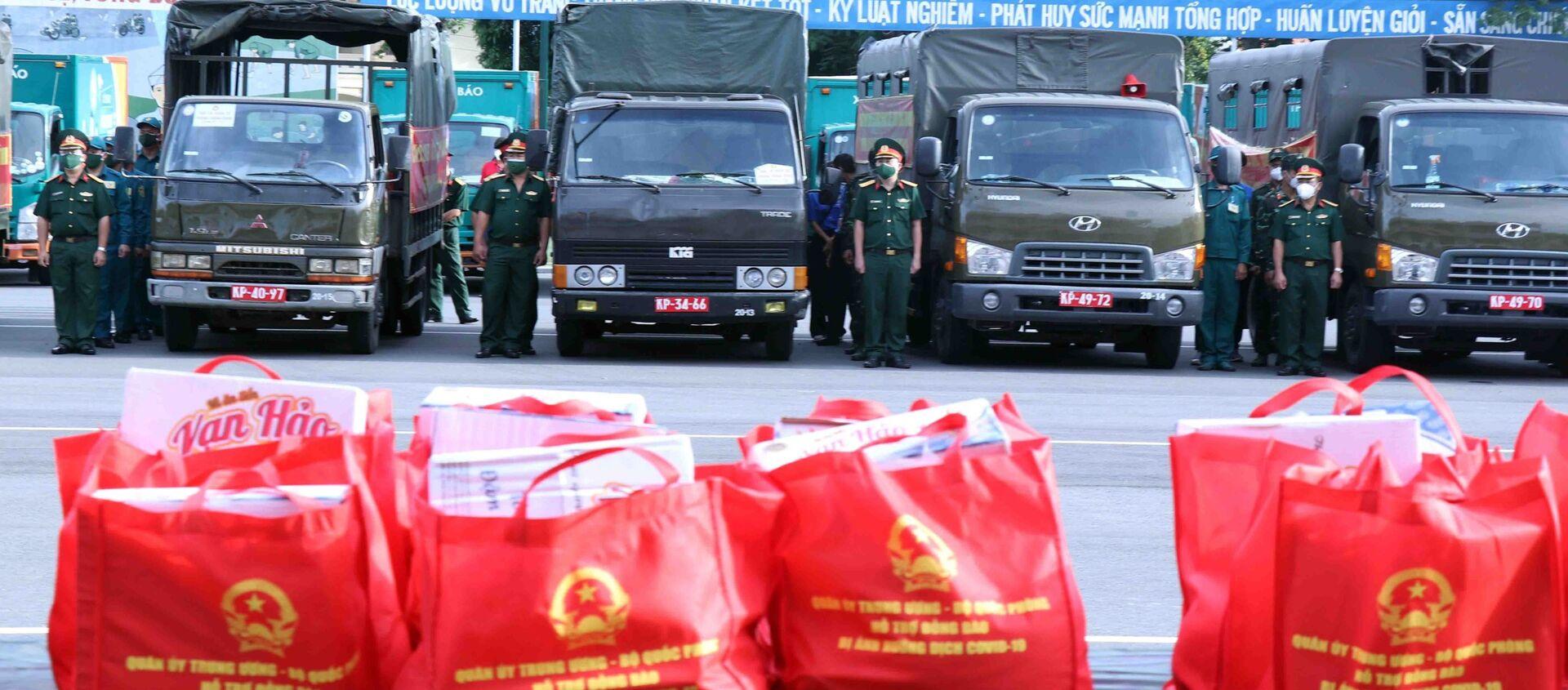 Lực lượng xe vận chuyển đến quà của Bộ Quốc phòng đến thành phố Thủ Đức và các quận, huyện. - Sputnik Việt Nam, 1920, 15.09.2021