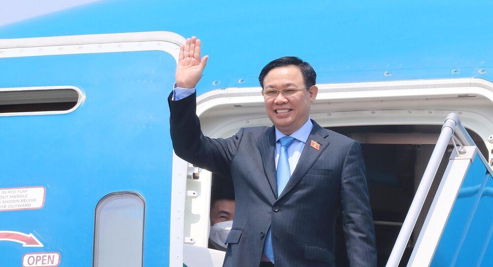 Chuyên cơ đưa Chủ tịch Quốc hội Vương Đình Huệ và Đoàn đại biểu cấp cao Quốc hội Việt Nam về đến sân bay quốc tế Nội Bài, Hà Nội.