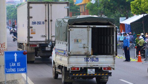 Xe tải đi qua chốt kiểm dịch - Sputnik Việt Nam