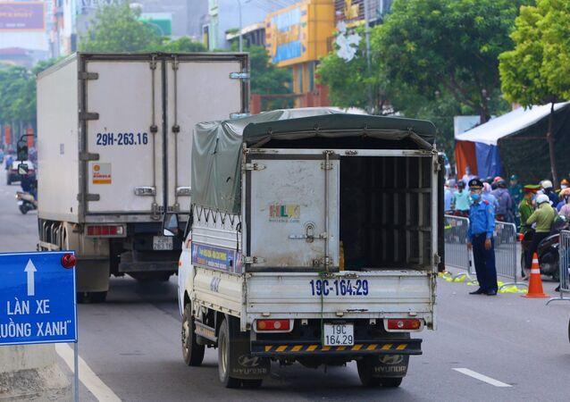 Xe tải đi qua chốt kiểm dịch