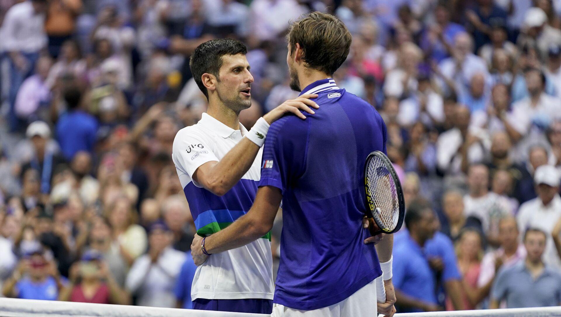Tay vợt Novak Djokovic chúc mừng vận động viên Daniil Medvedev sau khi thua trận chung kết Giải Mỹ mở rộng (US Open) - Sputnik Việt Nam, 1920, 13.09.2021