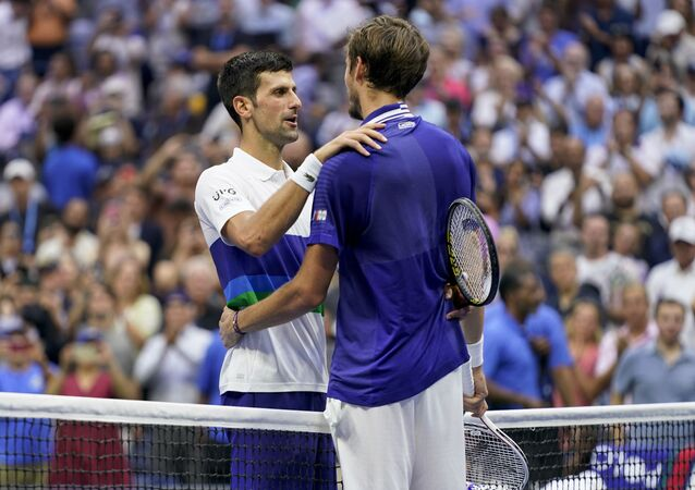 Tay vợt Novak Djokovic chúc mừng vận động viên Daniil Medvedev sau khi thua trận chung kết Giải Mỹ mở rộng (US Open)