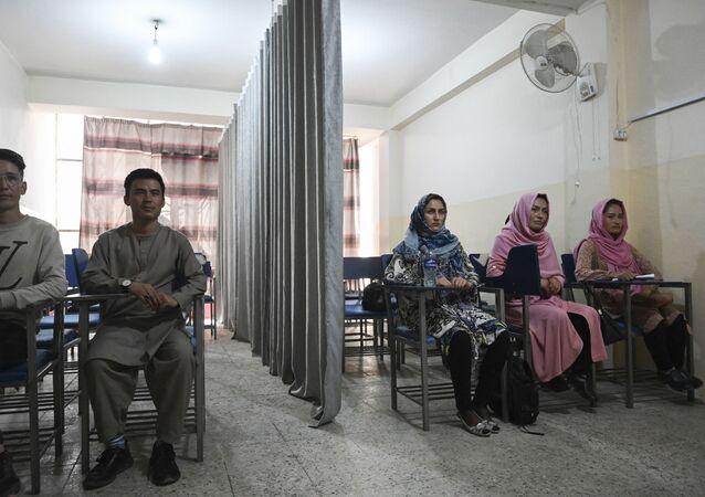 Sinh viên trong lớp học có rèm ngăn cách nam nữ tại một trường đại học tư thục ở Kabul