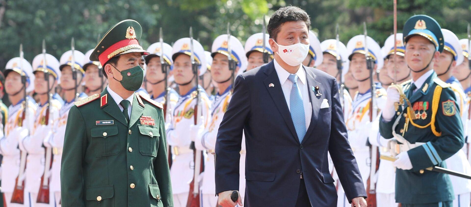 Đại tướng, Bộ trưởng Quốc phòng Phan Văn Giang và Bộ trưởng Quốc phòng Nhật Bản Kishi Nobuo duyệt đội Danh dự QĐND Việt Nam tại lễ đón - Sputnik Việt Nam, 1920, 13.09.2021