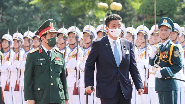 Đại tướng, Bộ trưởng Quốc phòng Phan Văn Giang và Bộ trưởng Quốc phòng Nhật Bản Kishi Nobuo duyệt đội Danh dự QĐND Việt Nam tại lễ đón - Sputnik Việt Nam