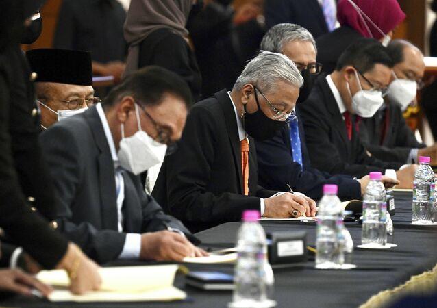 Thủ tướng Malaysia Ismail Sabri Yaakob và lãnh đạo đối lập Anwar Ibrahim trong lễ ký biên bản ghi nhớ về hợp tác liên đảng và liên phe phái