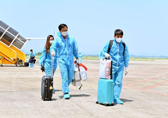 """Sân bay quốc tế Vân Đồn đón 345 khách có """"Hộ chiếu vaccine"""" về từ Mỹ"""