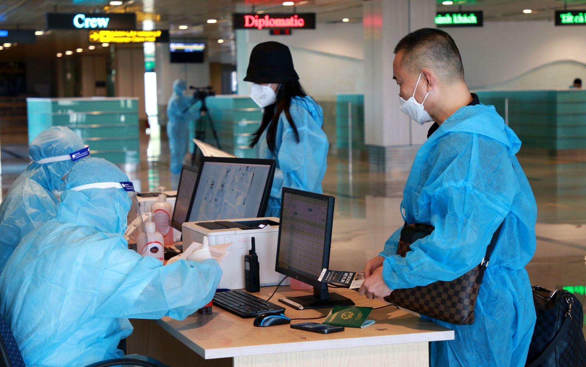 Hành khách làm thủ tục nhập cảnh tại sân bay quốc tế Vân Đồn - Sputnik Việt Nam, 1920, 05.10.2021
