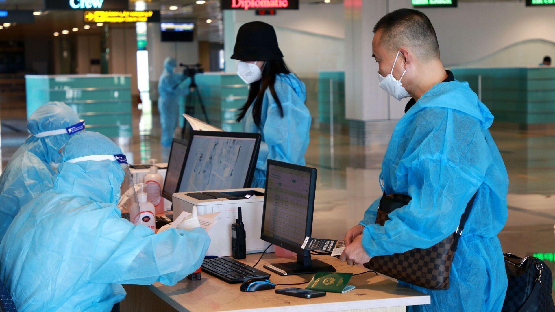 Hành khách làm thủ tục nhập cảnh tại sân bay quốc tế Vân Đồn - Sputnik Việt Nam, 1920, 20.09.2021