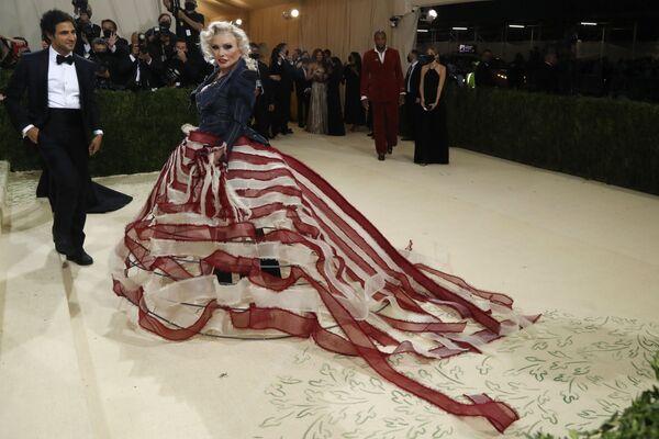 Nhà thiết kế thời trang Mỹ Zac Posen và nữ ca sĩ kiêm diễn viên Mỹ Deborah Harry tại Met Gala 2021 ở New York - Sputnik Việt Nam