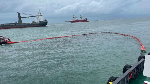 Ứng cứu sự cố tràn dầu tại khu vực tàu Mỹ An 1 chìm - Sputnik Việt Nam