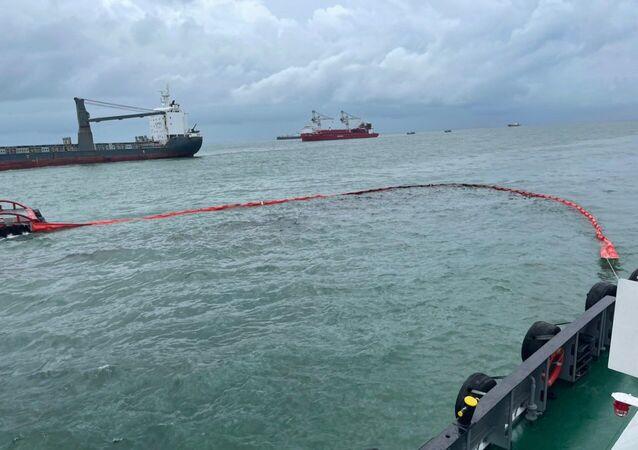 Ứng cứu sự cố tràn dầu tại khu vực tàu Mỹ An 1 chìm