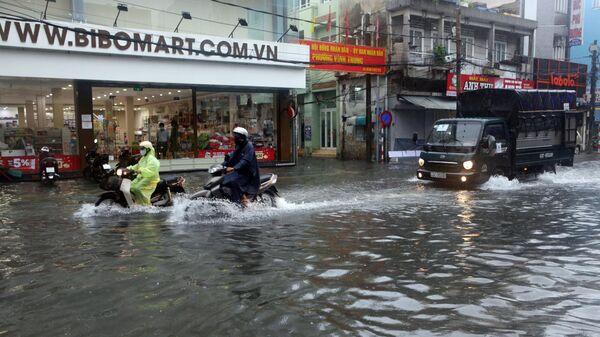 Các phương tiện phải lưu thông trên các tuyến đường ngập nước - Sputnik Việt Nam