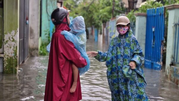 Do ảnh hưởng của bão số 5, mưa to kéo dài trên địa bàn Đà Nẵng khiến nhiều khu vực dân cư, tuyến đường bị ngập úng ảnh hưởng đến việc đi lại, sinh hoạt của người dân - Sputnik Việt Nam