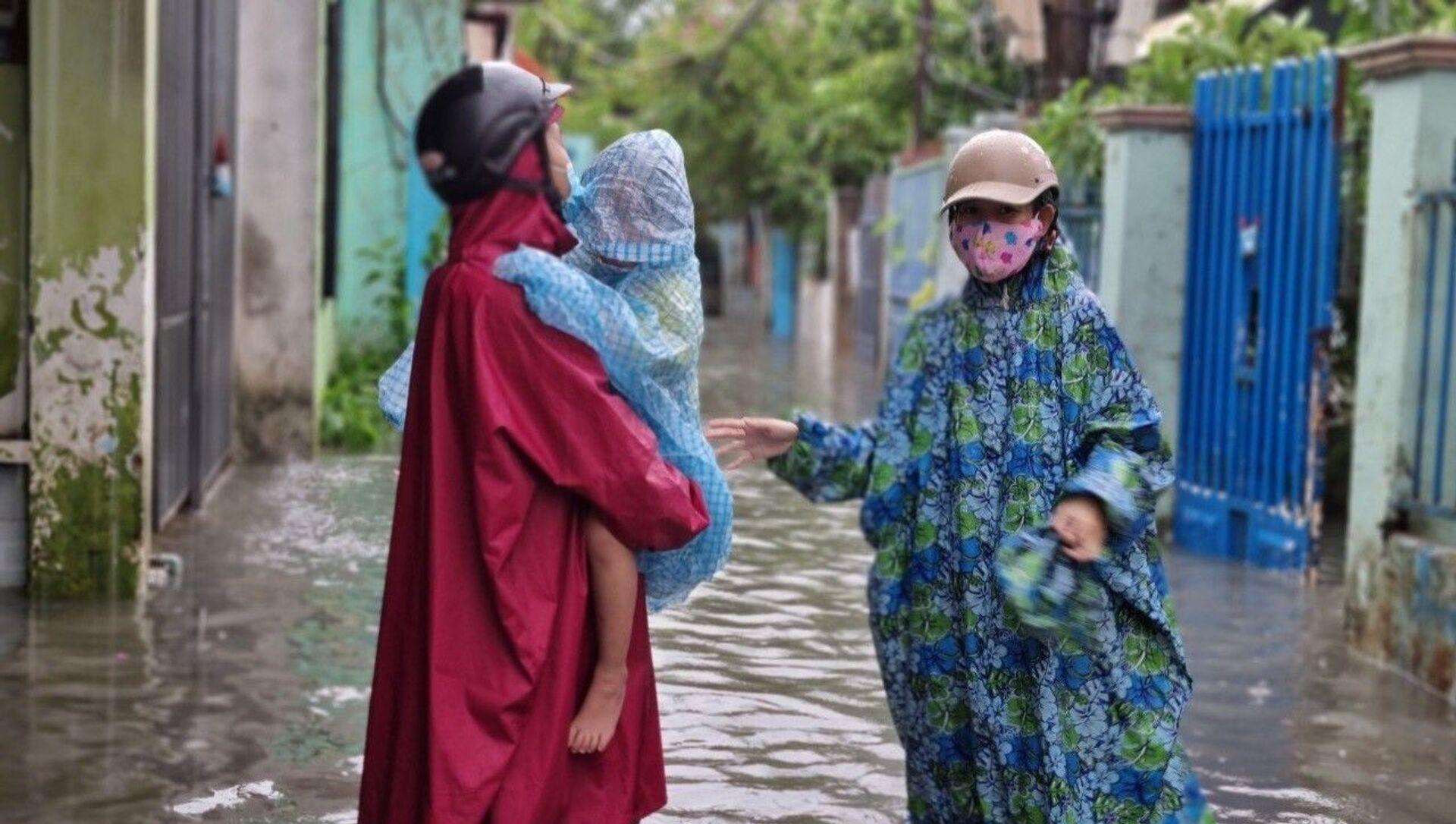 Do ảnh hưởng của bão số 5, mưa to kéo dài trên địa bàn Đà Nẵng khiến nhiều khu vực dân cư, tuyến đường bị ngập úng ảnh hưởng đến việc đi lại, sinh hoạt của người dân - Sputnik Việt Nam, 1920, 14.09.2021