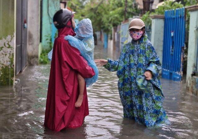 Do ảnh hưởng của bão số 5, mưa to kéo dài trên địa bàn Đà Nẵng khiến nhiều khu vực dân cư, tuyến đường bị ngập úng ảnh hưởng đến việc đi lại, sinh hoạt của người dân