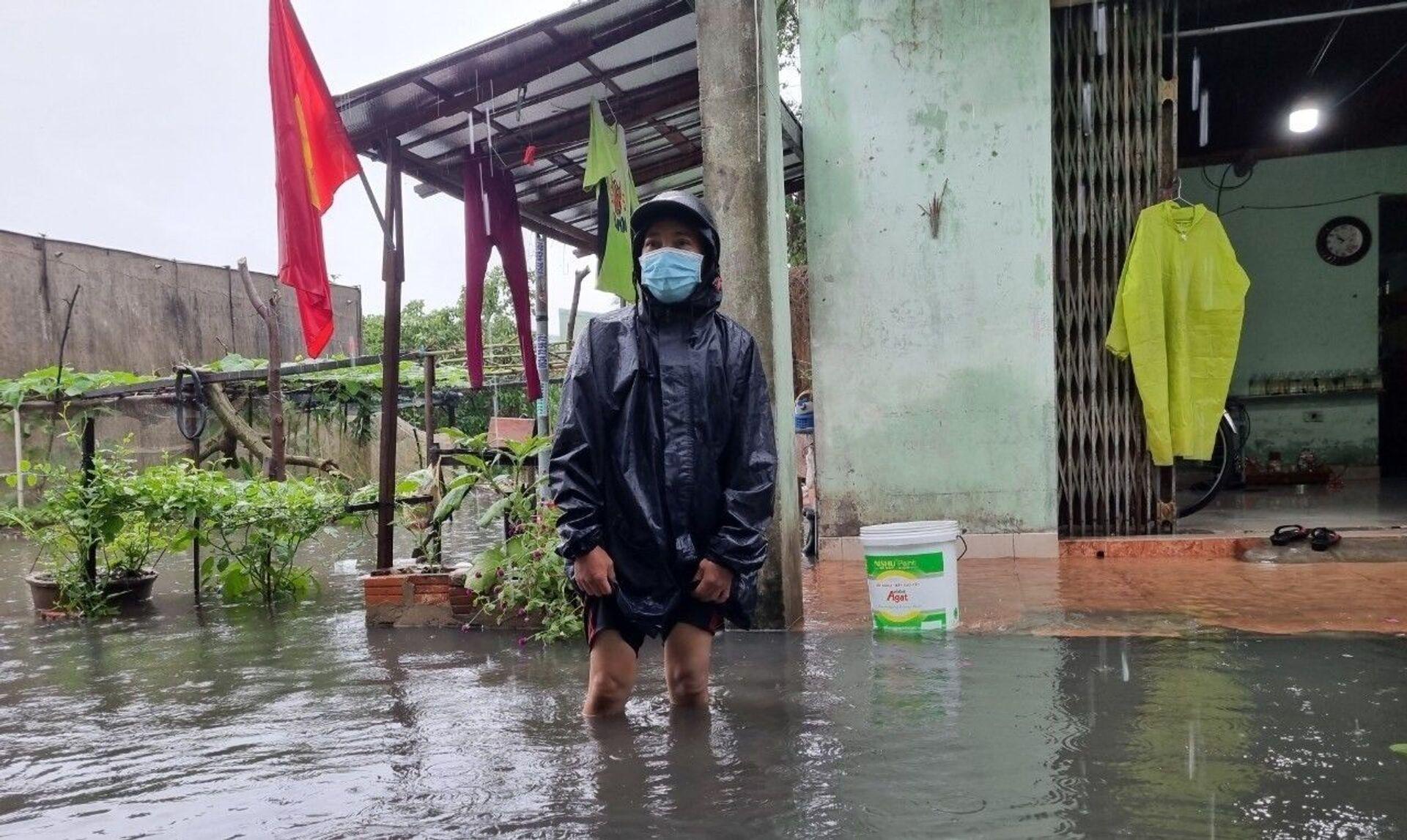 Do ảnh hưởng của bão số 5, mưa to kéo dài trên địa bàn Đà Nẵng khiến nhiều khu vực dân cư, tuyến đường bị ngập úng ảnh hưởng đến việc đi lại, sinh hoạt của người dân - Sputnik Việt Nam, 1920, 05.10.2021