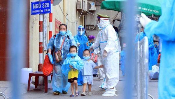 Trẻ em theo gia đình di chuyển đến khu cách ly. - Sputnik Việt Nam