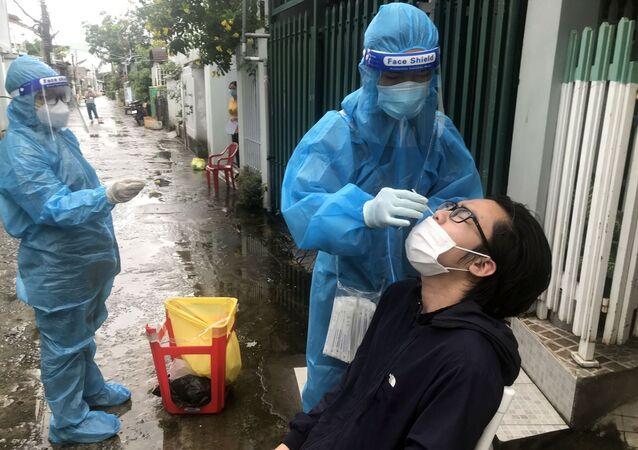Đội lấy mẫu phường Vĩnh Quang, thành phố Rạch Giá, đến từng hộ dân để thực hiện xét nghiệm sàng lọc SARS-CoV-2