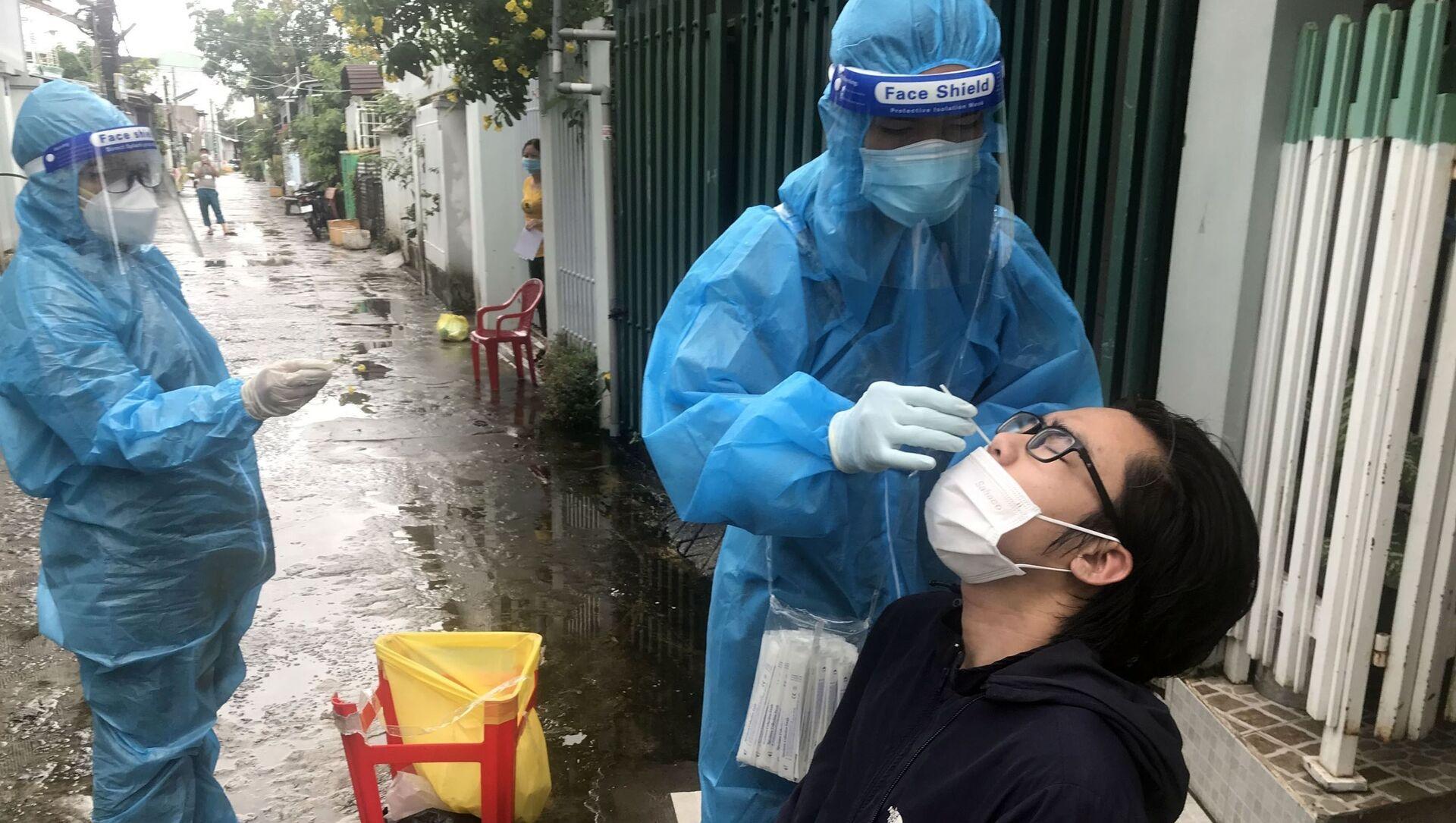 Đội lấy mẫu phường Vĩnh Quang, thành phố Rạch Giá, đến từng hộ dân để thực hiện xét nghiệm sàng lọc SARS-CoV-2 - Sputnik Việt Nam, 1920, 14.09.2021