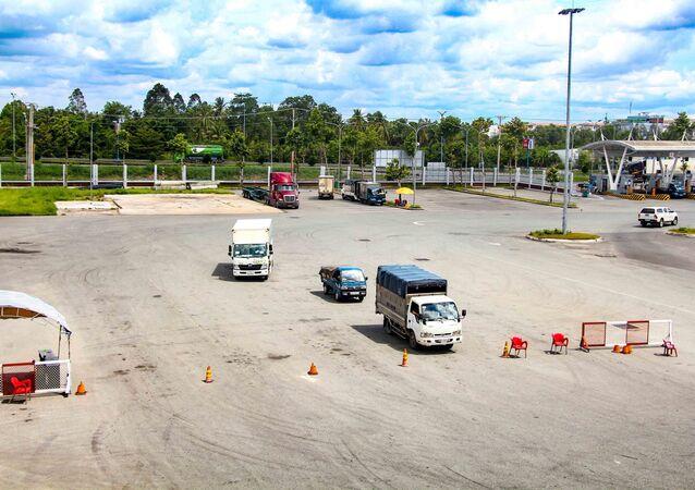 Xe tải ở bãi tập kết hàng hóa tại Bến xe