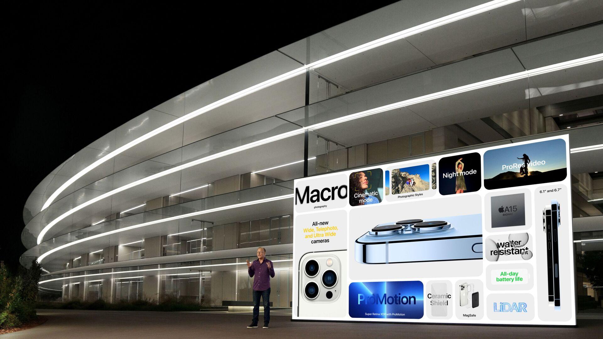 Phó chủ tịch cấp cao phụ trách tiếp thị của Apple Greg Joswiak trình diễn các tính năng tiên tiến của iPhone 13 Pro mới và iPhone 13 Pro Max trong sự kiện đặc biệt tại Apple Park ở Cupertino - Sputnik Việt Nam, 1920, 05.10.2021
