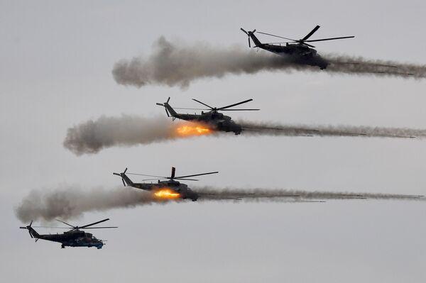 Trực thăng tấn công Mi-24 trong giai đoạn chính của cuộc tập trận Zapad-2021 tại thao trường Mulino, tỉnh Nizhny Novgorod - Sputnik Việt Nam
