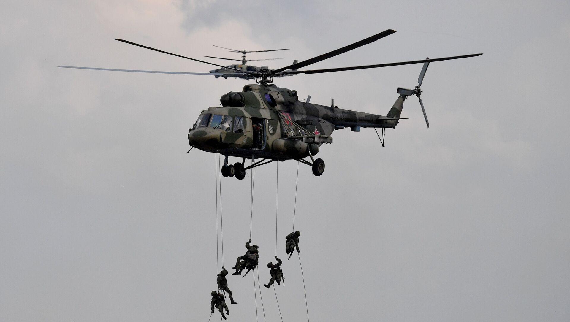 Quân nhân hạ cánh từ trực thăng Mi-8 trong giai đoạn chính của cuộc tập trận Zapad-2021 - Sputnik Việt Nam, 1920, 15.09.2021