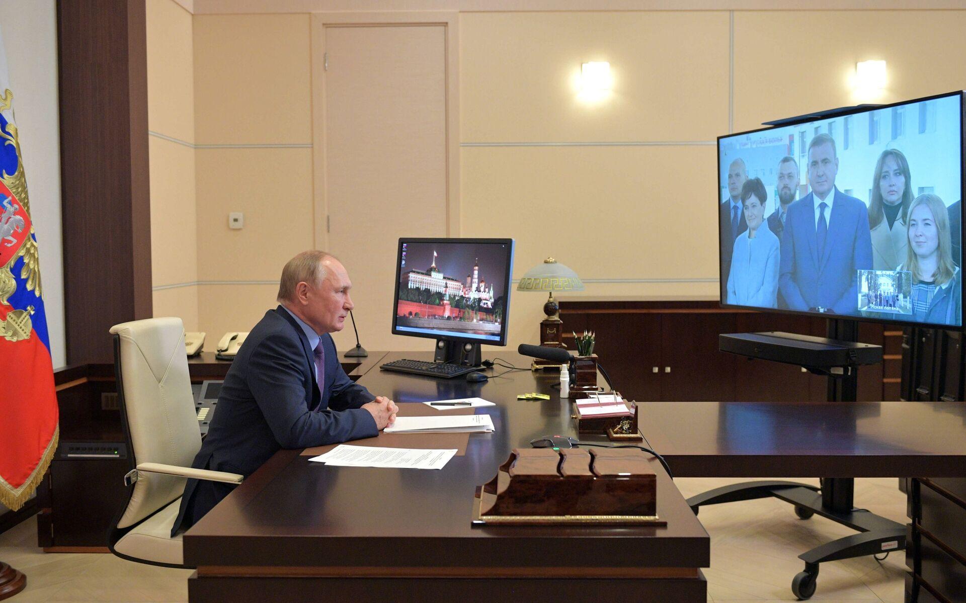 Sau khi tự cách ly chống Covid, Tổng thống Putin tiếp tục làm việc theo chế độ trực tuyến - Sputnik Việt Nam, 1920, 05.10.2021