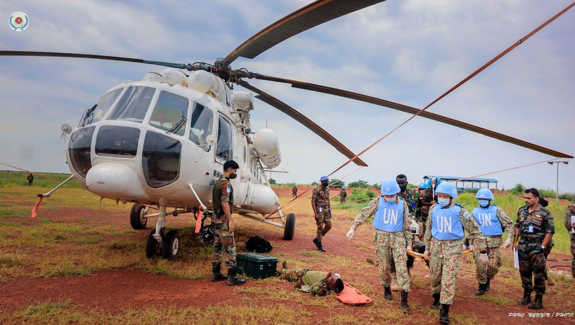 Diễn tập vận chuyển cấp cứu bằng đường không trên thực địa (CASEVAC) của BVDC 2.3 tại sân bay trực thăng Helipad, Bentiu, Nam Sudan - Sputnik Việt Nam, 1920, 22.09.2021