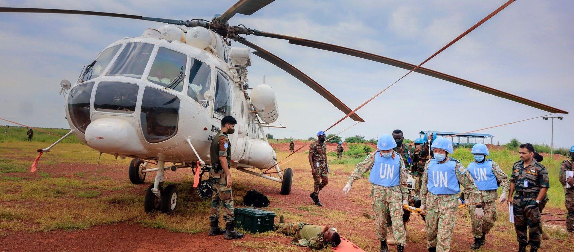 Diễn tập vận chuyển cấp cứu bằng đường không trên thực địa (CASEVAC) của BVDC 2.3 tại sân bay trực thăng Helipad, Bentiu, Nam Sudan - Sputnik Việt Nam, 1920, 16.09.2021
