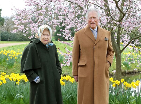 Nữ hoàng Vương quốc Anh Elizabeth II và Thái tử Charles tại Windsor, Anh - Sputnik Việt Nam