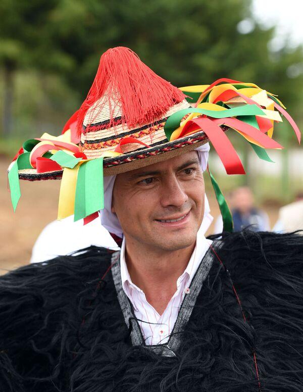 Tổng thống Enrique Pena Nieto mặc trang phục truyền thống của dân tộc Tsotsil trong lễ kỷ niệm ở Chiapas, Mexico - Sputnik Việt Nam