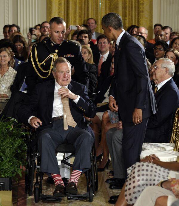 Cựu Tổng thống George H. W. Bush đi tất đỏ-trắng tại Sảnh Đông của Nhà Trắng, Washington - Sputnik Việt Nam