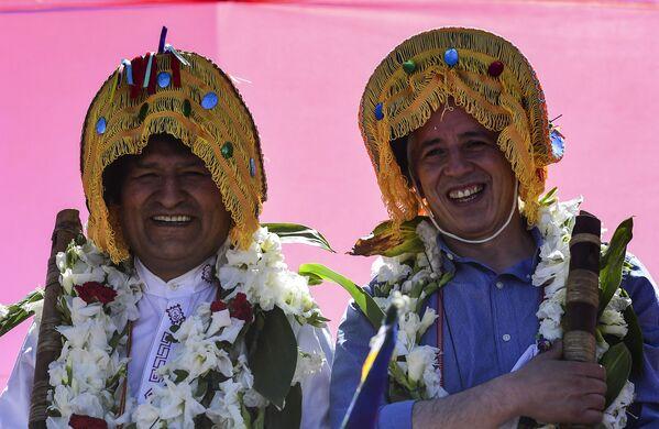 Cựu Tổng thống Bolivia Evo Morales (trái) và Phó Tổng thống lvaro García Linera đội mũ truyền thống - Sputnik Việt Nam