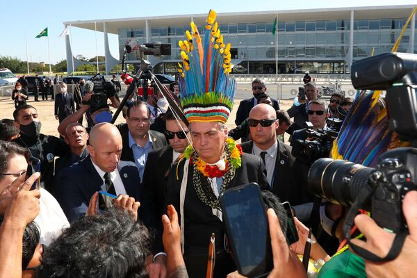 Tổng thống Brazil Jair Bolsonaro đội mũ dân tộc bản địa ở Brasilia - Sputnik Việt Nam
