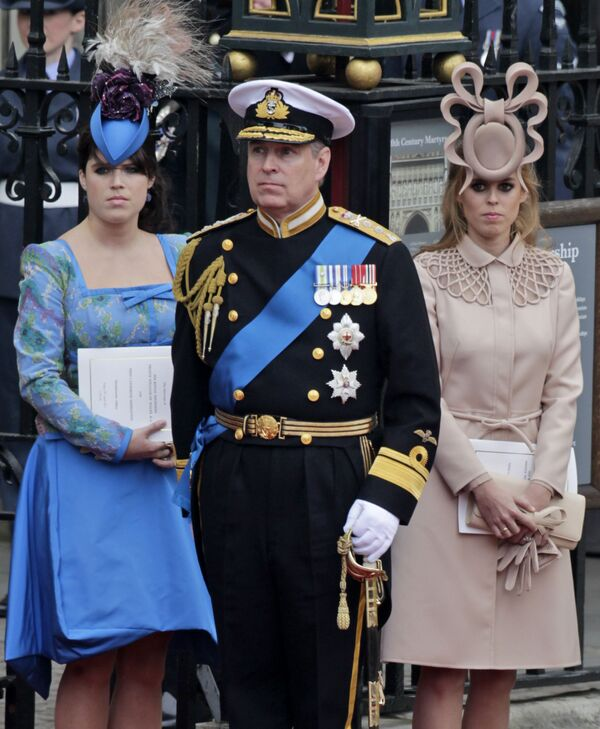 Hoàng tử Anh Andrew và các con gái, Công chúa Eugenie (trái) và Beatrice ở London - Sputnik Việt Nam