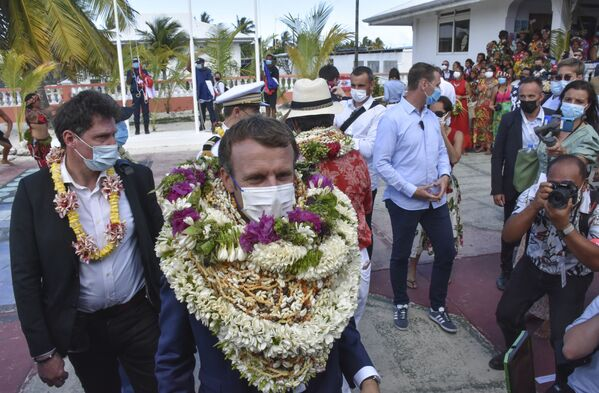 Tổng thống Pháp Emmanuel Macron đeo vòng vỏ ốc tại Polynesia thuộc Pháp - Sputnik Việt Nam
