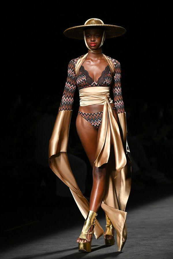 Người mẫu trình diễn trang phục từ bộ sưu tập của nhà thiết kế Andres Sarda tại Tuần lễ thời trang Mercedes Benz ở Madrid, Tây Ban Nha - Sputnik Việt Nam