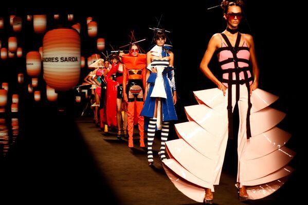 Trình diễn bộ sưu tập của nhà thiết kế Andres Sarda tại Tuần lễ thời trang Mercedes Benz ở Madrid, Tây Ban Nha - Sputnik Việt Nam