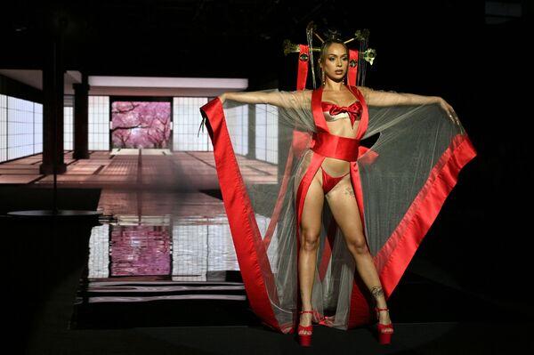 Người mẫu trình diễn trang phục từ bộ sưu tập của nhà thiết kế Andres Sarda trong sự kiện Mercedes Benz ở Madrid, Tây Ban Nha - Sputnik Việt Nam