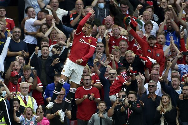 Cristiano Ronaldo mừng bàn thắng ghi được trong trận đấu bóng đá tại Sân vận động Old Trafford ở Manchester, Anh  - Sputnik Việt Nam
