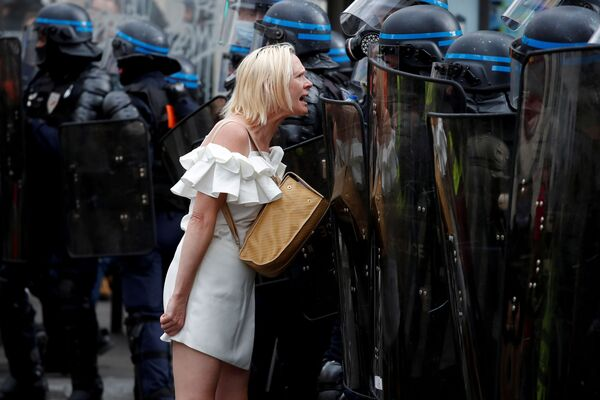 Người phụ nữ đối đầu với các sĩ quan cảnh sát trong cuộc biểu tình chống hạn chế của Pháp ở Paris  - Sputnik Việt Nam
