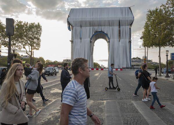Những người đang đi đến Khải Hoàn Môn ở Paris  - Sputnik Việt Nam