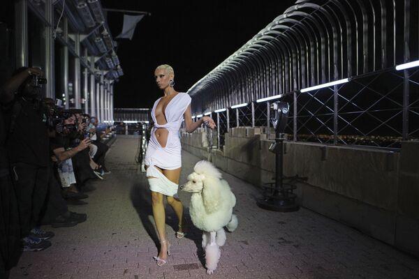 Bộ sưu tập LaQuan Smith được giới thiệu trong Tuần lễ thời trang New York - Sputnik Việt Nam