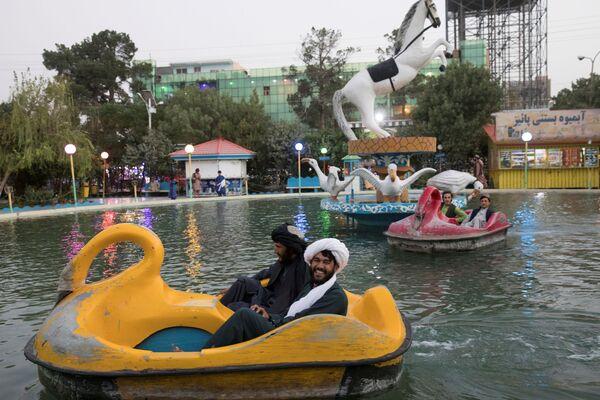 Những người đàn ông Afghanistan đi xe đạp nước trong công viên ở Herat  - Sputnik Việt Nam
