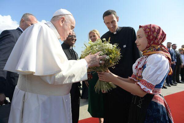 Giáo hoàng Francis nhận bó hoa từ cô gái trong trang phục truyền thống tại sân bay quốc tế Bratislava, Slovakia - Sputnik Việt Nam